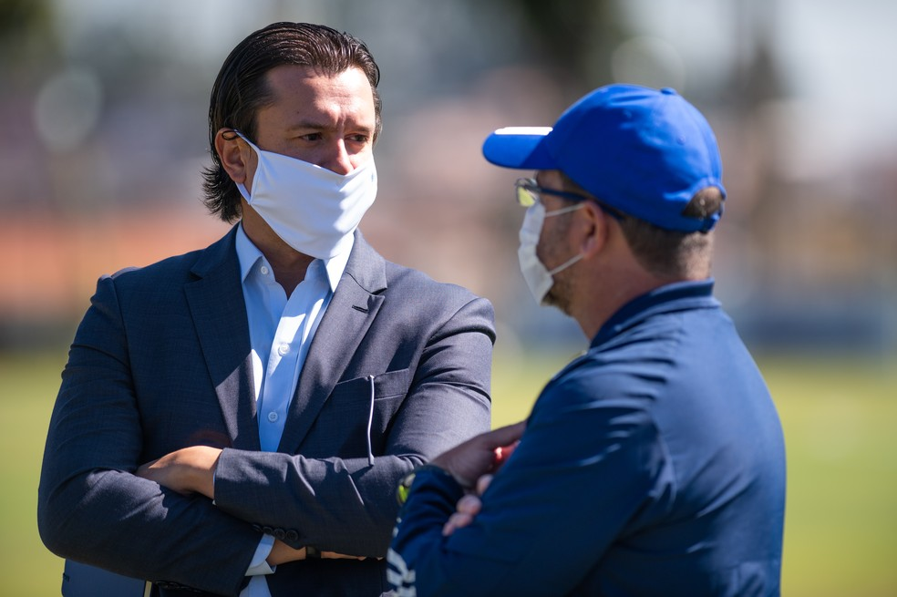 Enderson Moreira conversa com o presidente do clube, Sérgio Santos Rodrigues — Foto: Gustavo Aleixo/ Cruzeiro