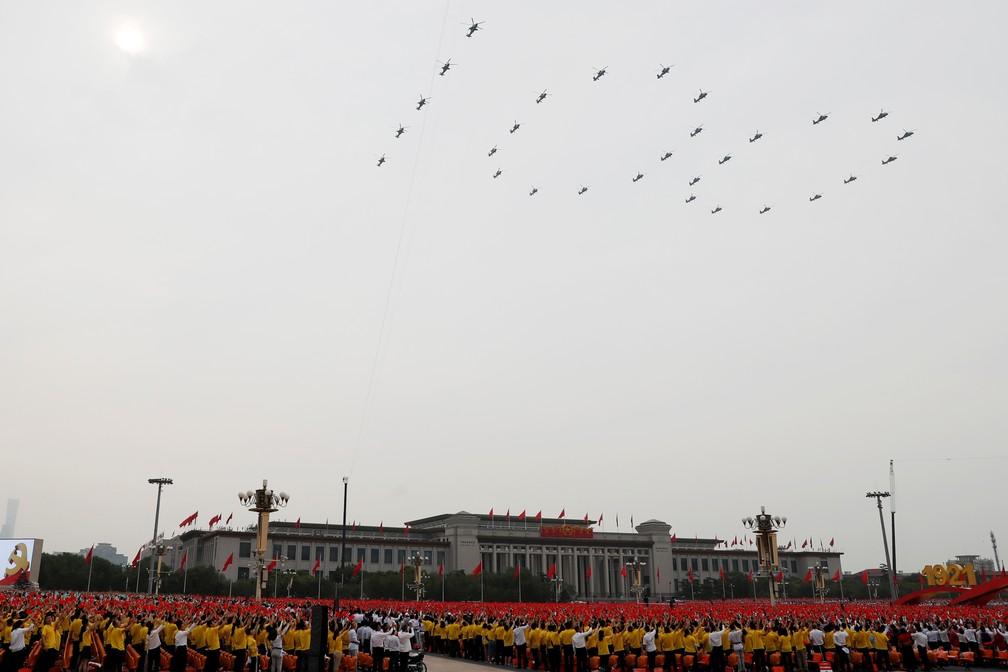 Helicópteros formam o número 100 sobre a Praça Tiananmen, em Pequim, na celebração do centenário do Partido Comunista da China nesta quinta-feira (1º) — Foto: Carlos Garcia Rawlins/Reuters