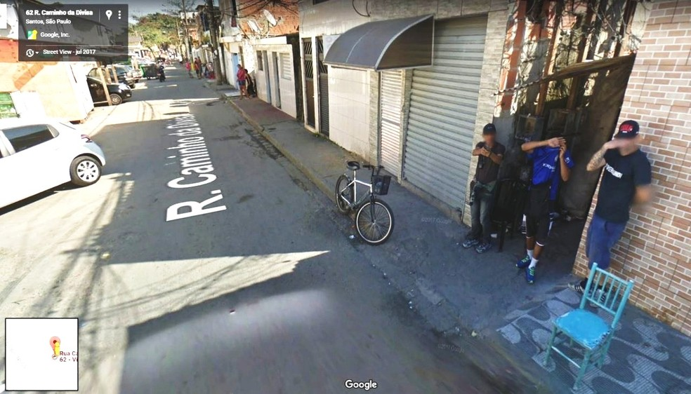 Rapaz aponta arma para equipe do Google Street View em Santos, SP (Foto: Reprodução)