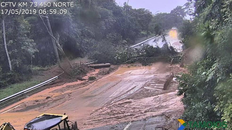 Concessionária informou que houve queda de barreira durante a madrugada, quando a rodovia já estava fechada por risco de deslizamento — Foto: Concessionária Tamoios/Divulgação