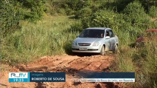 Buracos, lama e prejuízos incomoda quem passa pela estrada da Boca do Leão, em Resende