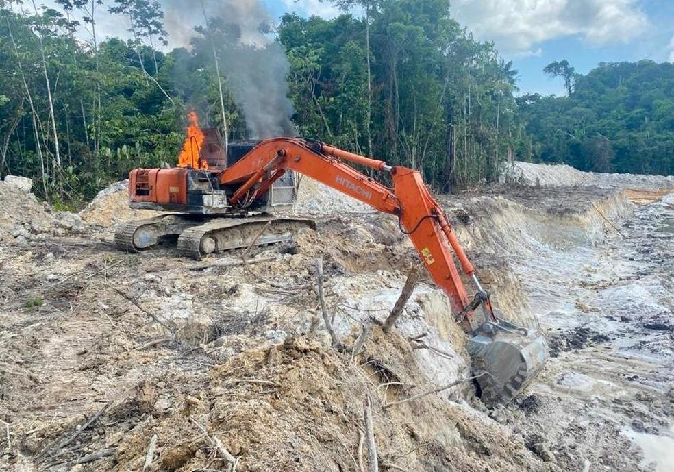 Ibama inutilizou escavadeiras hidráulicas usadas para mineração ilegal em Jacareacanga, no Pará. — Foto: Reprodução / PF