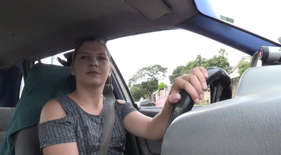 Crislaine disse que não sabia que comer no carro poderia gerar uma multa — Foto: Rafael Poyer/RPC Ponta Grossa