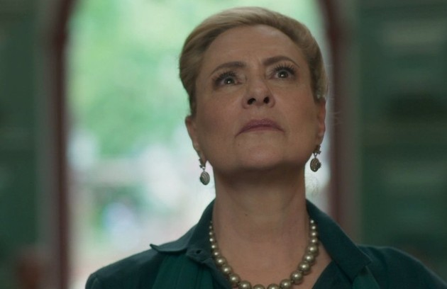 Na quarta-feira (8), Mirtes (Elizabeth Savala) e Stella (Vanessa Giácomo) irão preparar juntas o corpo de Aranha para o velório (Foto: TV Globo)