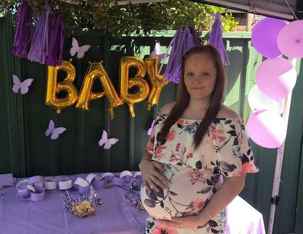 Paige em foto tirada no seu chá-de-bebê (Foto: Reprodução Facebook)