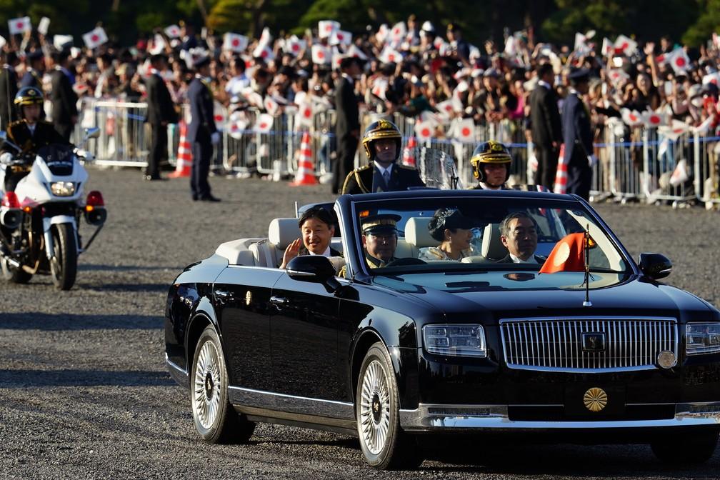 Dezenas de milhares de japoneses aclamam seu novo imperador do Japão — Foto: AP Photo/Eugene Hoshiko