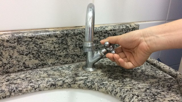 Vazamento em tubulação interrompe abastecimento de água em sete bairros de Natal
