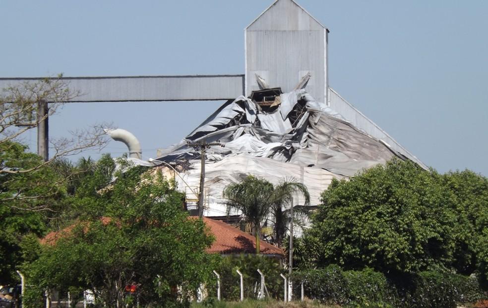 Armazém pegou fogo por vários dias (Foto: Marcos Lavezo / G1)