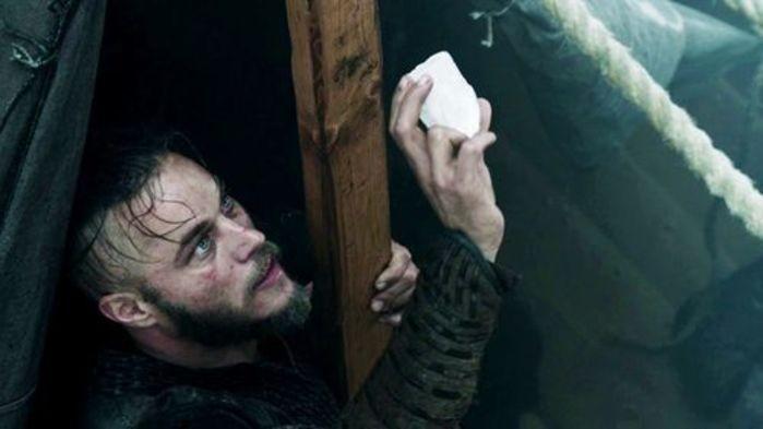 Cena da série Vikings, em que uma das personagens utiliza a Pedra do Sol (Foto: Divulgação)