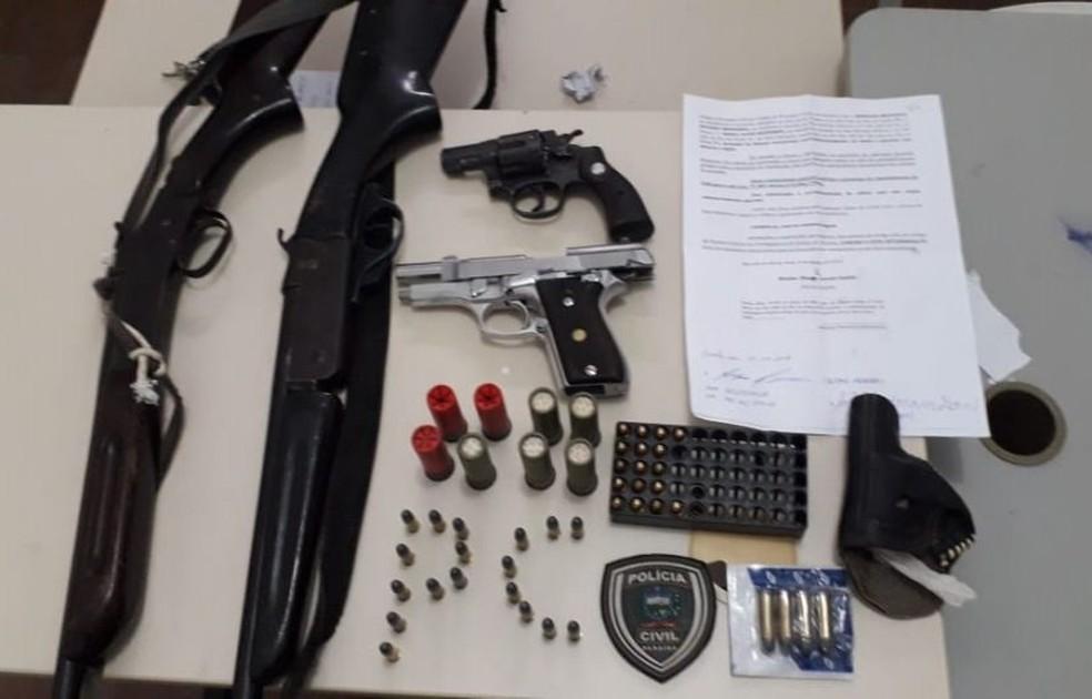 Na casa do suspeito foram apreendidos um revólver, uma pistola, duas espingardas e munições, na Paraíba — Foto: Polícia Civil/Divulgação