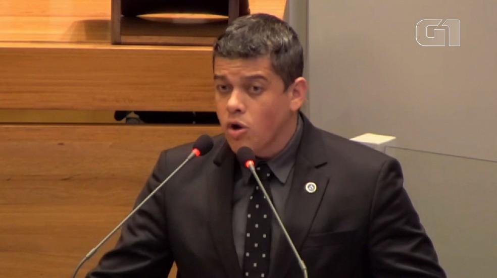 Daniel Donizet em discurso na Câmara Legislativa do DF. — Foto: TV CLDF/Reprodução