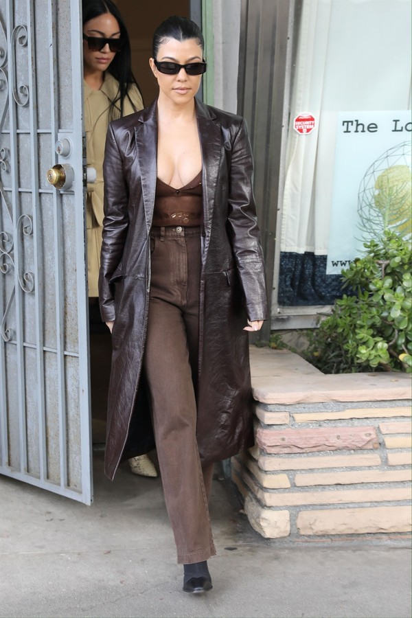 Venice, CA  - *EXCLUSIVE* Kourtney Kardashian changes her leather jacket outfit after lunch with Kim Kardashian's ex-assistant Stephanie Shepherd and her sister Kendall Jenner at The Butcher's Daughter Vegetarian restaurant in Venice.Pictured: Kourtne (Foto: RAAK/JACK / BACKGRID)