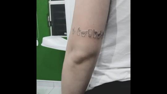 Irmãos de Lagoa Formosa fazem tatuagem em Libras para homenagear os pais surdos