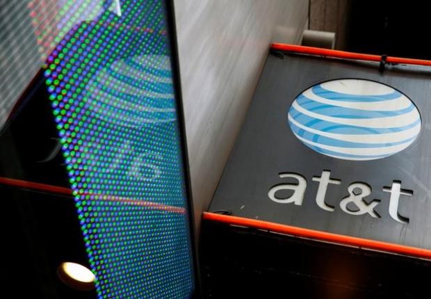 Logo da empresa de telecomunicações AT&T é visto na fachada de loja em Nova York (Foto: Shannon Stapleton/Arquivo/Reuters)