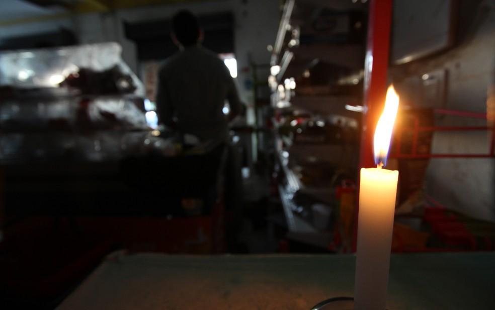 Mercadinho no Recife funciona com luz de velas após apagão (Foto: Guga Matos/JC Imagem/Estadão Conteúdo)