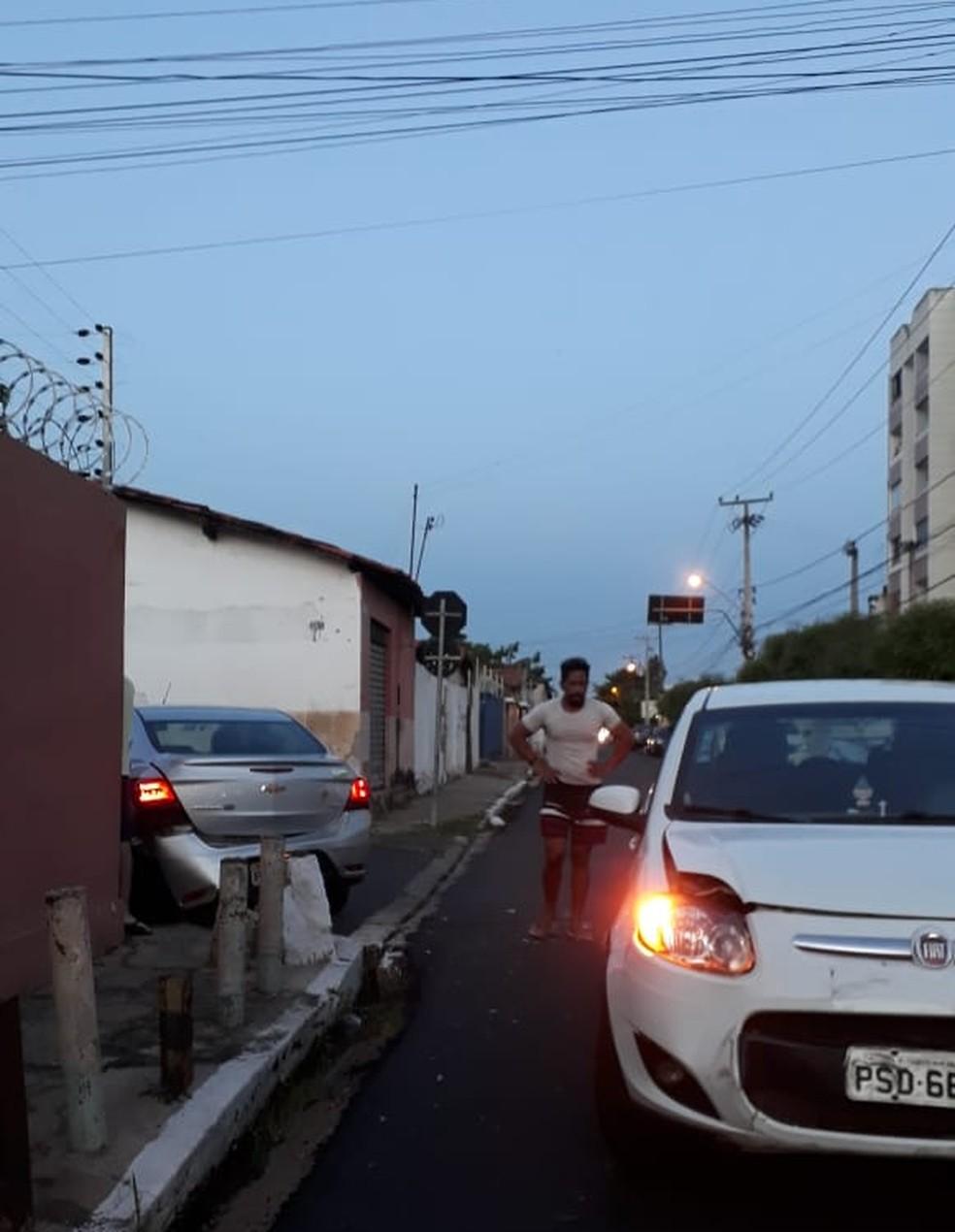 Colisão envolvendo dois carros no domingo (10) em cruzamento na Zona Leste de Teresina — Foto: Nunci Santos