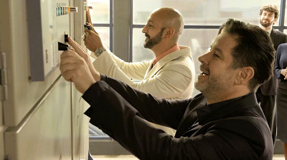 Enquanto isso, do lado de dentro, Raul (Murilo Benício) e Álvaro (Irandhir Santos) se tornam sócios e ativam máquinas da PWA — Foto: Globo
