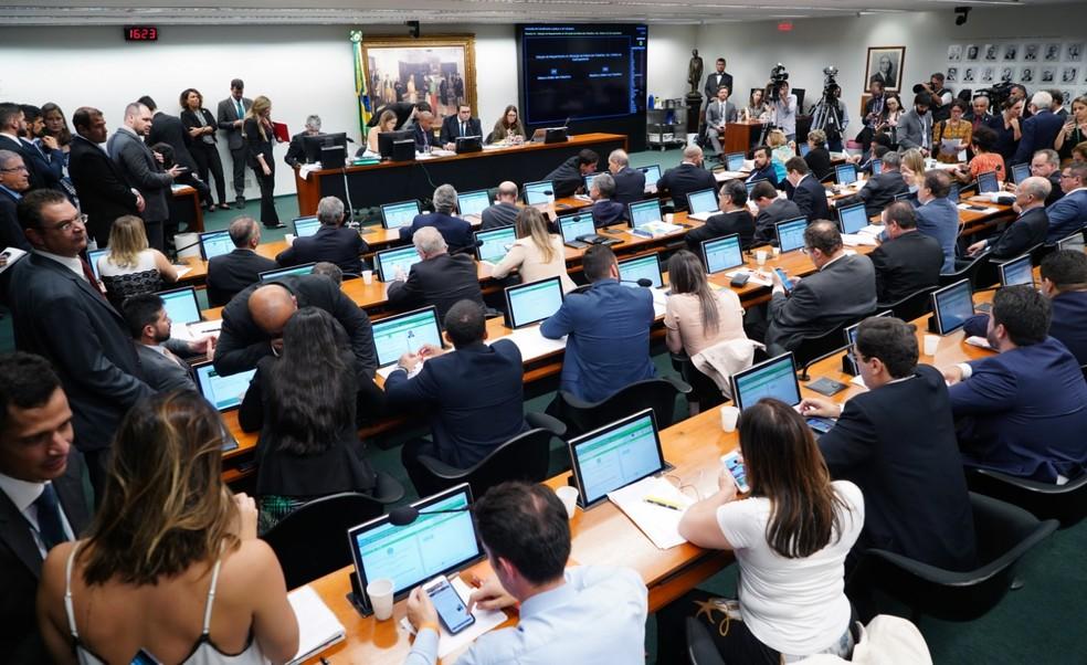 Deputados reunidos no plenário da CCJ da Câmara durante a reunião desta segunda-feira (15) — Foto: Pablo Valadares/Câmara dos Deputados