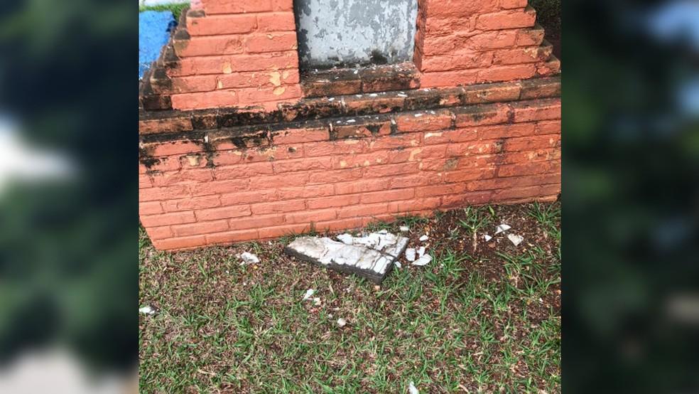 Estrutura de concreto que sustentava cruz de ferro foi danificada em Boituva (SP) — Foto: Prefeitura de Boituva/Divulgação