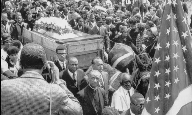 Multidão que acompanhou o enterro de Luther King, em abril de 1968