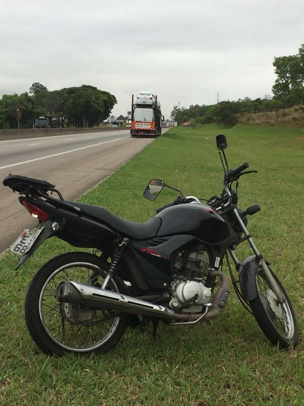 Motociclista se envolveu em acidente com caminhão na Dutra — Foto: Peterson Grecco/TV Vanguarda
