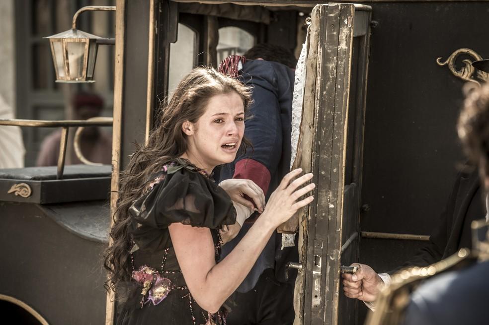 Domitila (Agatha Moreira) é forçada por Felício (Bruce Gomlevsky) a entrar na charrete e implora pela ajuda de Dom Pedro (Caio Castro), em 'Novo Mundo' — Foto: TV Globo/João Cotta