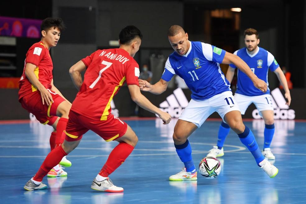 Ferrão encara a marcação vietnamita — Foto: Chris Ricco/FIFA