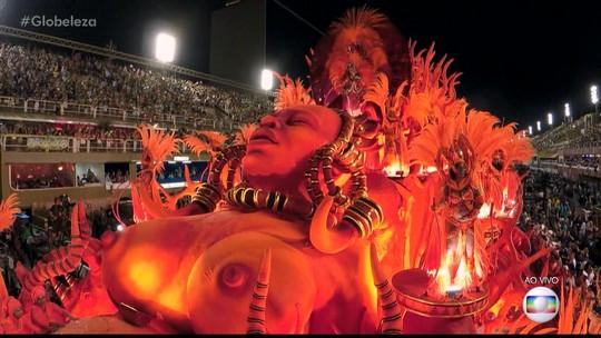 Salgueiro faz tributo às mulheres negras guerreiras e pinta Sapucaí de vermelho