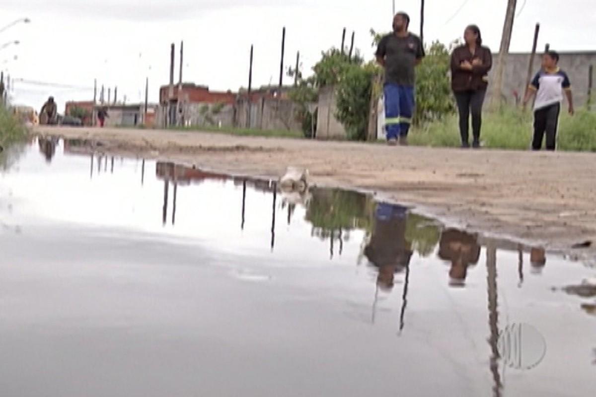 Vazamento de esgoto invade casas no bairro Oropó, em Mogi das Cruzes