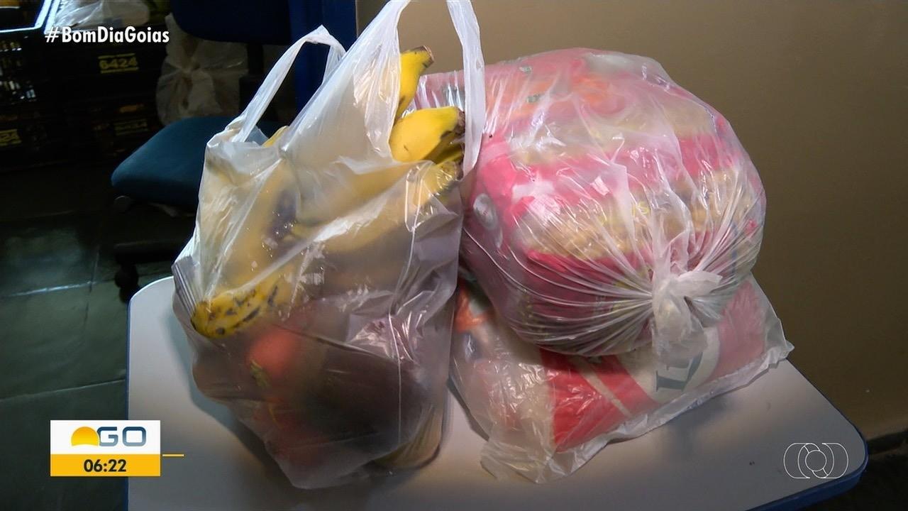 Escolas pedem que pais busquem cestas a que alunos têm direito, em Goiânia