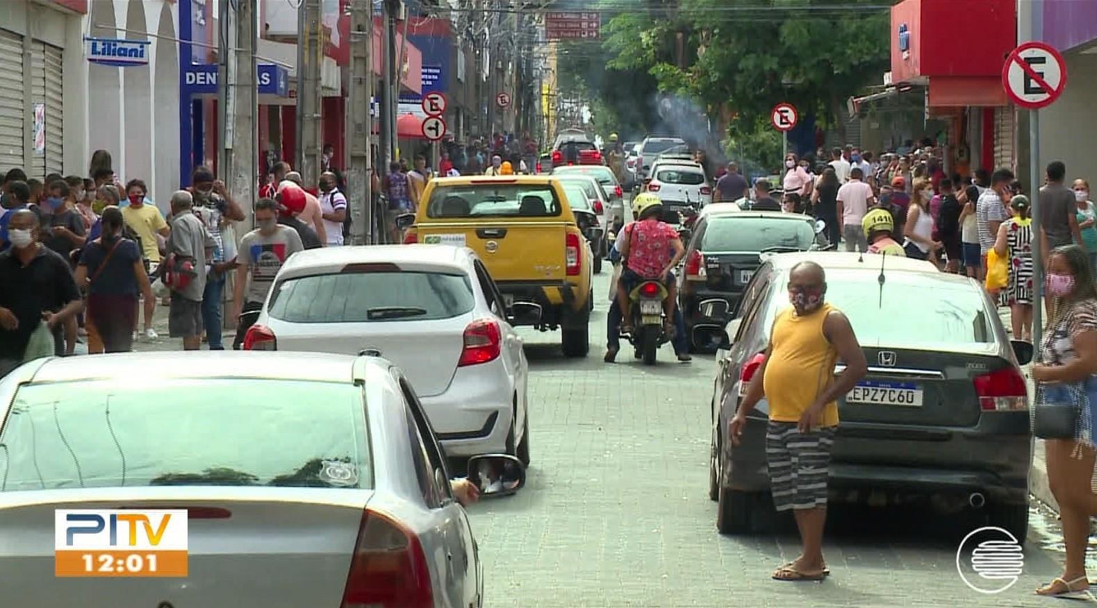 Agentes de trânsito interditam rua no Centro de Teresina para evitar aglomeração de pessoas