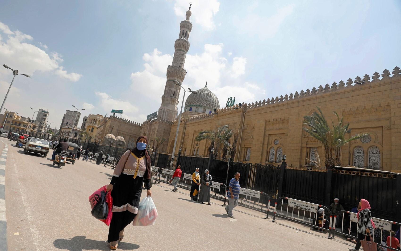 Confinados, milhares de muçulmanos enfrentam desafio de celebrar Ramadã em tempos de Covid-19