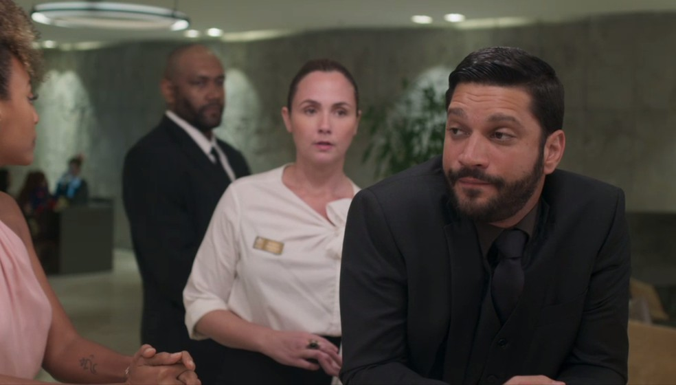 Já na chegada ao hotel, Diogo (Armando Babaioff) é surpreendido com o primeiro tombo — Foto: Globo