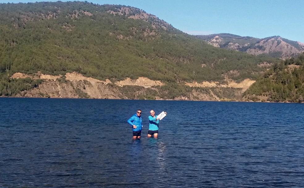 Contra as dores, vale até enfrentar as águas geladas do belo Lago Lácar (Foto: Renata Domingues)