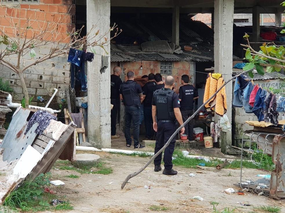 Agentes cumprem mandados em Linhares  — Foto: Divulgação/Polícia Civil