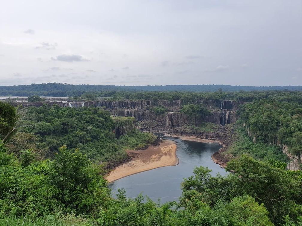 Paredões de rocha chamam estão expostos e chamam a atenção, no Parque Nacional do Iguaçu — Foto: Cassiano Rolim/RPC