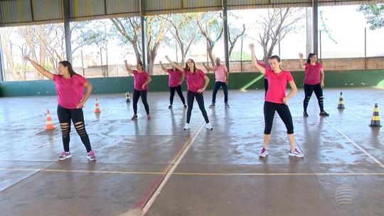 Grupo de professores se reúne em Narandiba para praticar dança