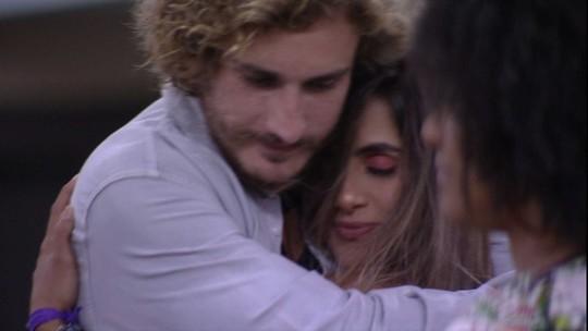 Alan e Carolina ficam abraçados em noite de Eliminação