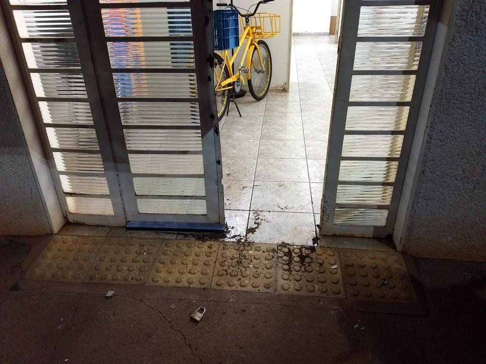Ladrões arrombaram a porta e invadiram a agência dos Correios em Orindiúva  — Foto: Arquivo Pessoal