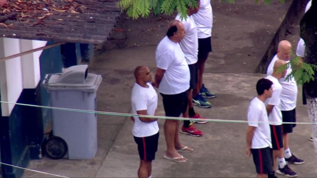 Pezão perfilado no hasteamento da bandeira na Unidade Prisional da PM, em Niterói — Foto: Francisco de Assis/TV Globo