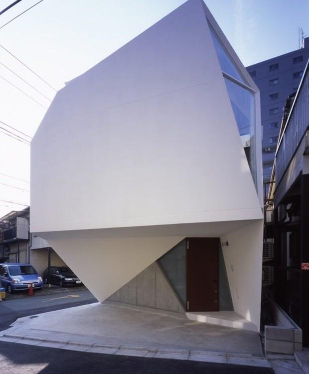 A entrada possui espaço para guardar um carro (Foto: Makoto Yoshida/ Atelier Tekuto/ Reprodução)
