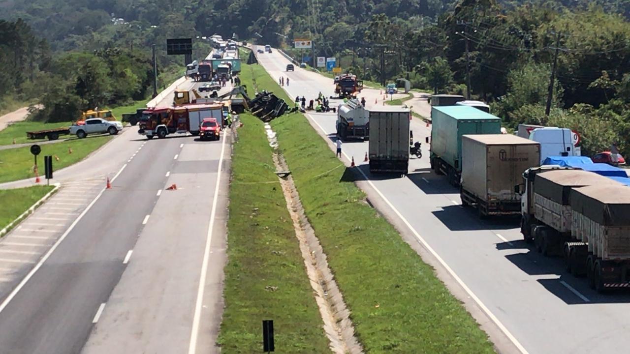 Caminhão de gasolina tomba na BR-101 em Palhoça e bloqueia trânsito