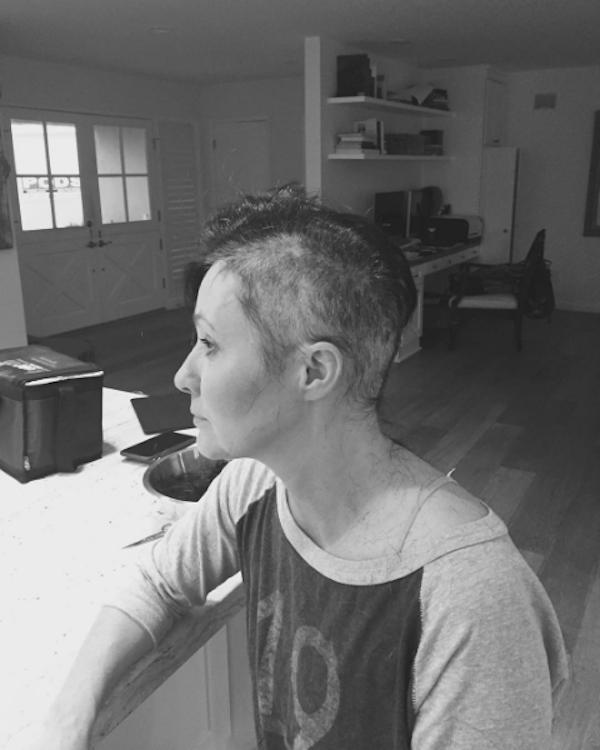 A atriz Shannen Doherty cortou o cabelo durante seu tratamento contra um câncer de mama (Foto: Instagram)