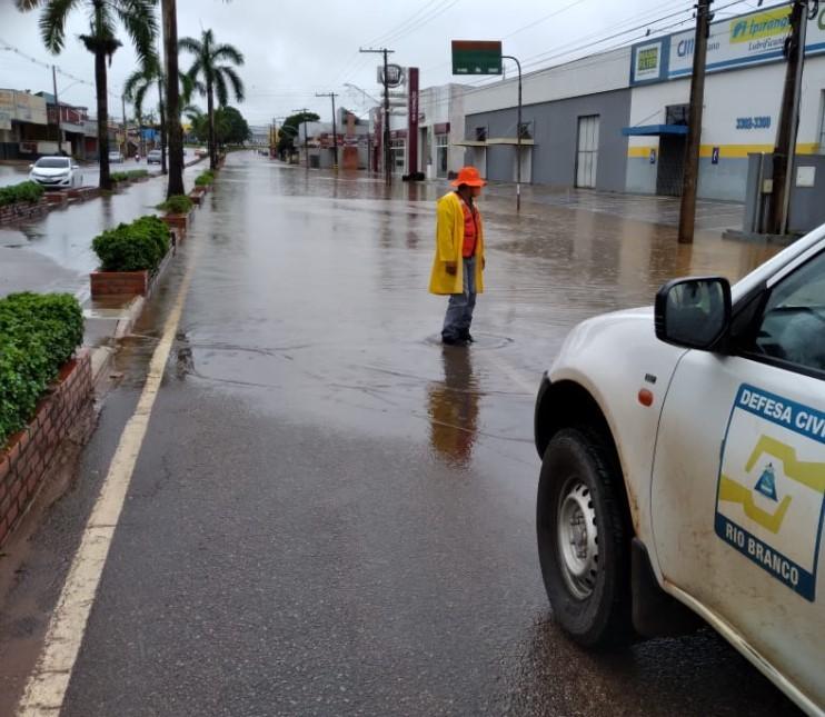 Após chover 74 milímetros em 24h, via em Rio Branco fica alagada e trânsito é interrompido; veja vídeo