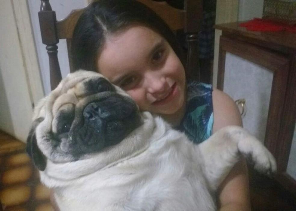 Gabriela Dantas, de oito anos, com seu cachorro que ficou sumido em Itapetininga (Foto: Arquivo Pessoal/Silmara Ribeiro do Amaral)