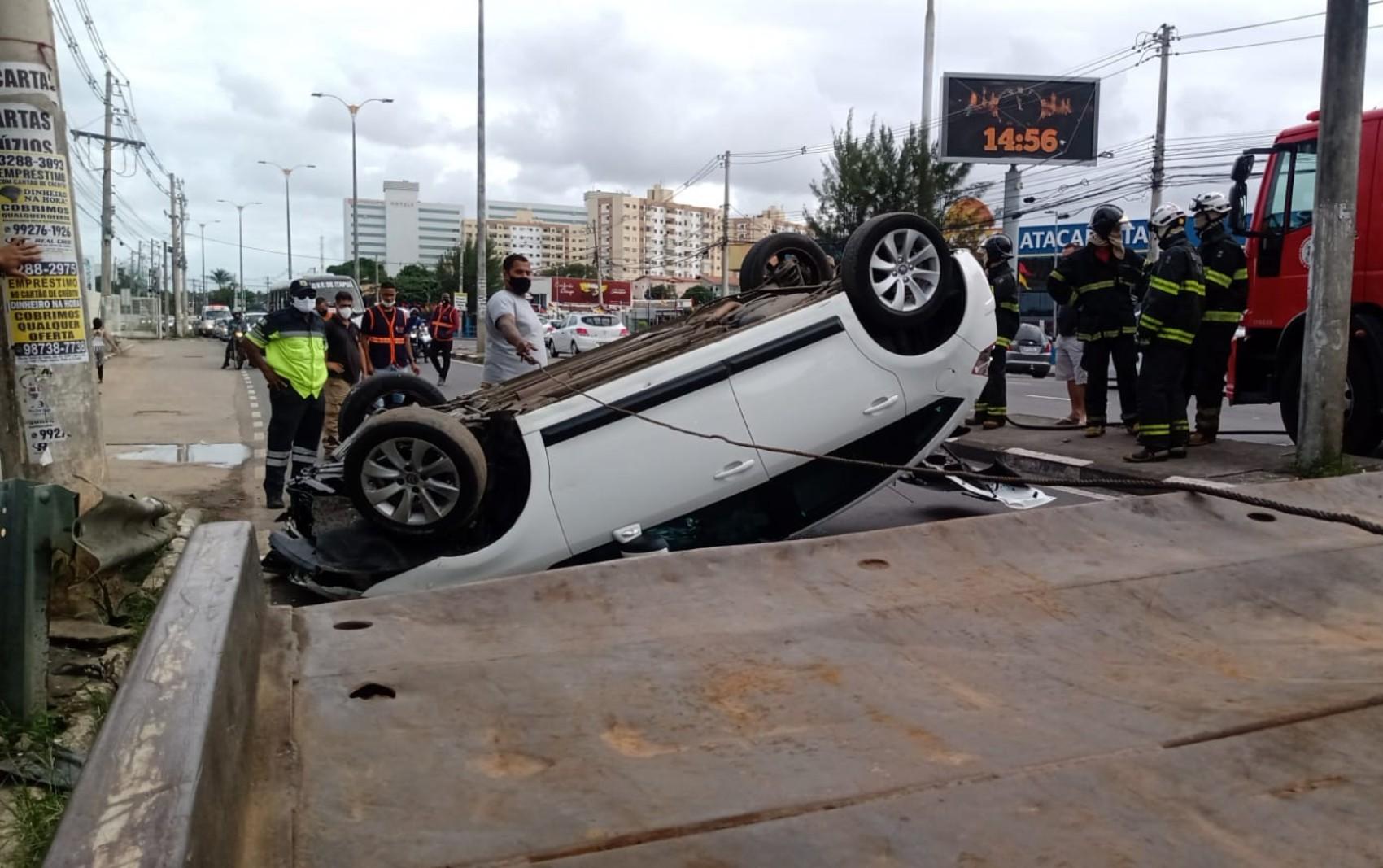 Carro capota após bater em outro veículo em Lauro de Freitas, na Região Metropolitana de Salvador