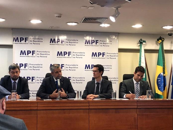 Procuradores federais se posicionam em defesa da Operação Lava Jato, no MPF, em Curitiba — Foto: Ana Zimmerman/RPC