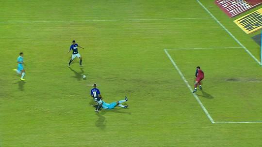 Centroavante perde gol incrível em jogo decisivo contra o rebaixamento na Série B