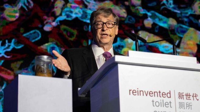 Bill Gates usou um béquer cheio de fezes para chamar atenção para bactérias e doenças relacionadas ao saneamento (Foto: AFP)