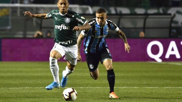 Marcos Rocha disputa lance com Everton